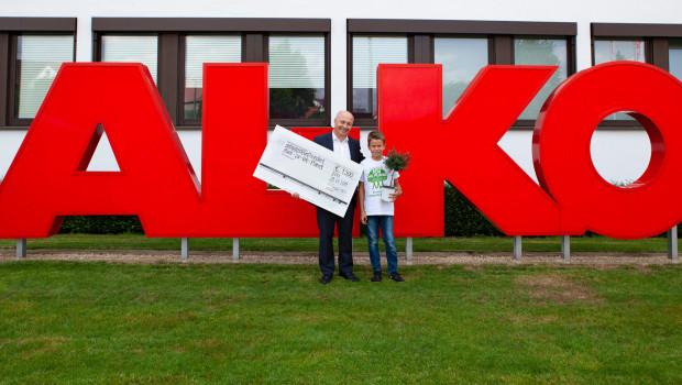 Der 10-jährige Plant-for-the-Planet-Botschafter Jonas nahm die Spende von Al-Ko Gardentech-Geschäftsführer Sergio Tomaciello in Kötz entgegen.