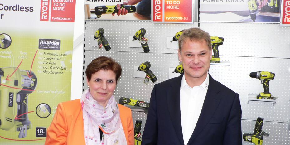 Auf Schloss Bensberg bei Köln präsentierte TTI ihre Neuheiten 2013. Im Bild Ralf Häfele, Geschäftsführer Techtronic Industries Central Europe GmbH (TTI) für die Marken AEG, Ryobi, Milwaukee und Homelite und Marketingleiterin Gabriele Heinze.