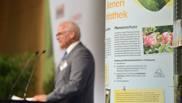 Glyphosat und Bienenschutz waren ausführlich behandelte Themen auf dem BHB Garden Summit. Dort war beispielsweise auch die branchenweit eingesetzte Infothek zu sehen. Auch Peter Bleser, Parlamentarischer Staatssekretär im Bundesmininsterium für Ernährung und Landwirtschaft, nahm dazu Stellung.