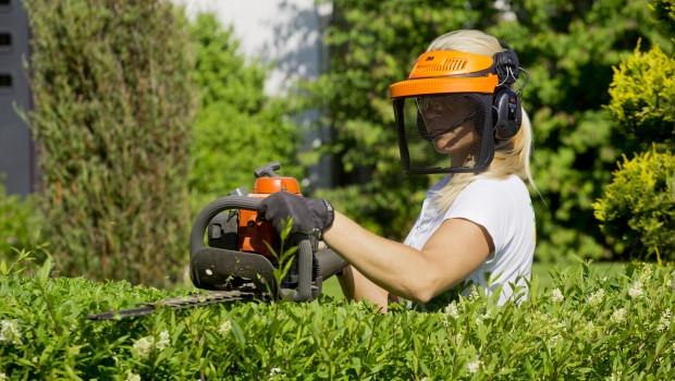 Frauen schützen sich beim Arbeiten im Haus oder im Garten noch weniger als Männer.