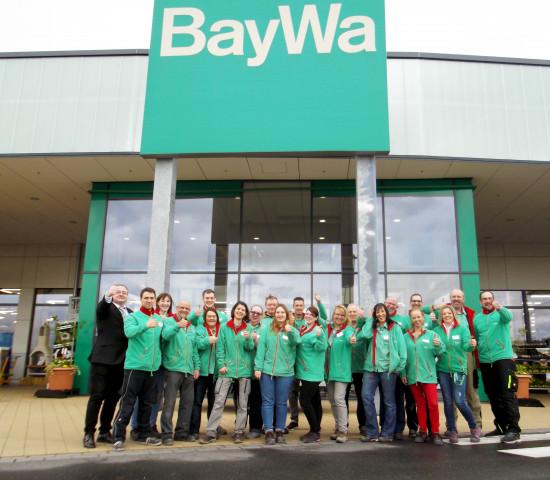 Stolze Belegschaft vor Baumarkt II: Baywa-Neueröffnung in Hanau.