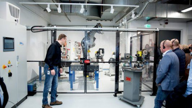 Live Demo Session an der neuen hochmodernen 3M Roboterzelle mit unterschiedlichen Schleifmaschinen.