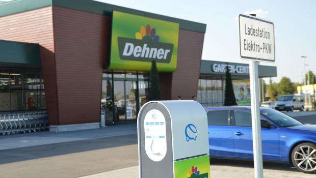 Vor dem neuen Markt hat Dehner eine Ladestation für Elektroautos und E-Bikes installiert.