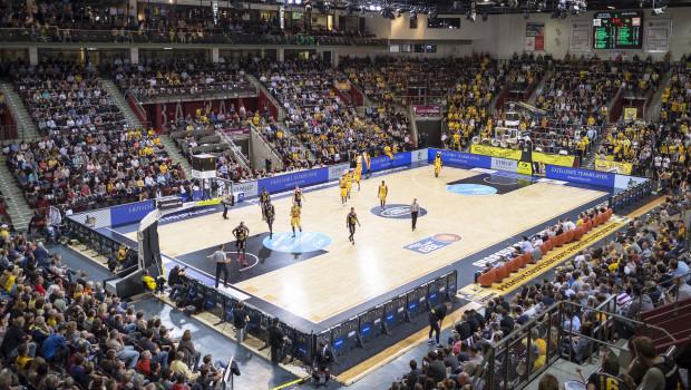 Kärcher stattet jetzt die so genannten Wischer des Basketballclubs MHP Riesen Ludwigsburg aus.