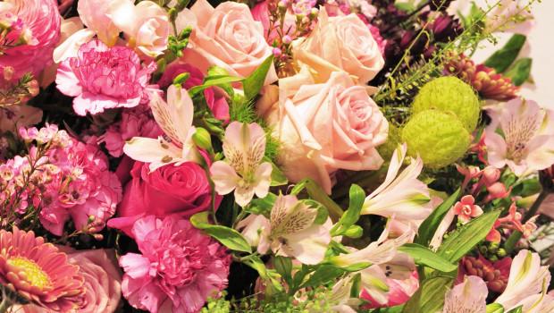 Hauptsache (mit) Rosen, Hauptsache rosa: Darüber, so meinten jedenfalls die Käufer in der Mehrzahl, freute sich Mama ganz besonders.