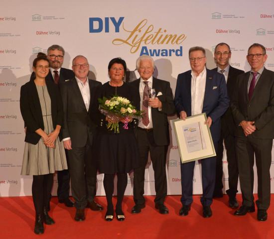 Der Preisträger im Kreise der Initiatoren des Lifetime Awards (v. l.): Anna Hackstein (IVG), Peter Wüst (BHB), Ralf Bartsch (BHB), Herta und Dieter Schulz, Erich Huwer (Globus), Marc Dähne (Dähne Verlag) und Ralf Rahmede (HHG).
