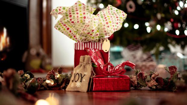 In diesem Jahr werden wieder mehr Sachgeschenke unter dem Baum liegen.