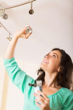 Die große Mehrheit der Verbraucher weiß, dass sich mit der richtigen Beleuchtung Geld und Energie sparen lassen, wie eine Forsa-Umfrage im Auftrag von Toom bestätigt hat. Foto: obs/toom Baumarkt GmbH/Iakov Filimonov/Shutterstock