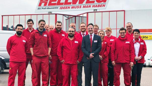 Stolze Belegschaft vor Baumarkt I: Hellweg-Neueröffnung in Dorsten.