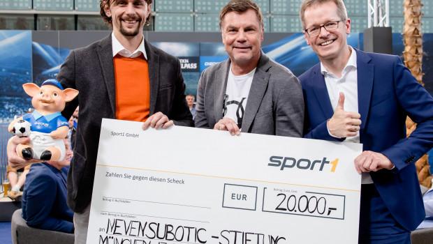 Neven Subotic, Moderator Thomas Helmer und Christian Beeck (v. l.) bei der Übergabe des Schecks im Wert von 20.000 Euro.