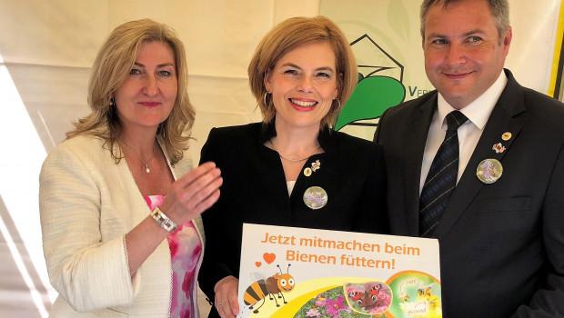 Landwirtschaftsministerin Julia Klöckner (M.) hat zusammen mit der VDG-Präsidentin Martina Mensing-Meckelburg und dem slowenischen Landwirtschaftsminister Dejan Židan die diesjährige Bienenaktion gestartet.