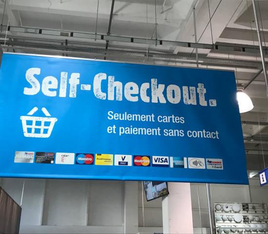 Jumbo testet im Kanton Waadt in der Schweiz in einem Baumarkt Self-Checkout-Systeme.