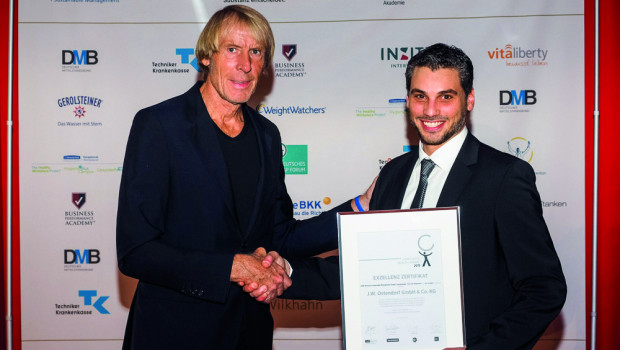 Der dreifache Hochsprung-Weltrekordler Carlo Thränhardt (l.) gratulierte als einer der Ersten und übergab den Corporate Health Award an Tobias Elis, Leiter des betrieblichen Gesundheitsmanagements JWOAktiv.