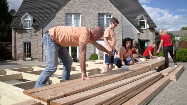 """Was taugt das Terrassenholz aus dem Baumarkt? """"ZDFzeit"""" startet einen Test mit drei Familien und drei Baumärkten. Bild: obs/ZDF/Thomas Schneider"""