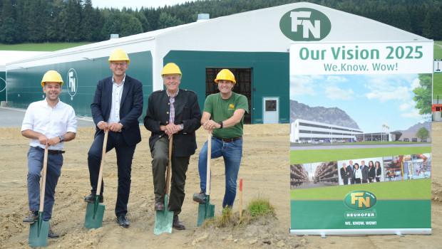 -spatenstich in Zell am Moos (v. l.): CTO Alexander Schachl, CEO Franz Neuhofer, Franz Neuhofer sen. und Betriebsleiter Sigurd Steinkogler.
