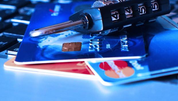 Die Payment-Services-Directive 2 soll das Bezahlen mit Kreditkarte im Netz sicherer machen. Bild: TheDigitalWay auf Pixabay