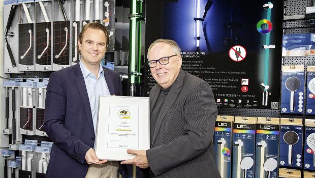"""Niklas Köllner (l.) freut sich über die Urkunde für das """"Produkt des Jahres"""" in der Kategorie DIY, die ihm von Joachim Bengelsdorf überreicht wird."""
