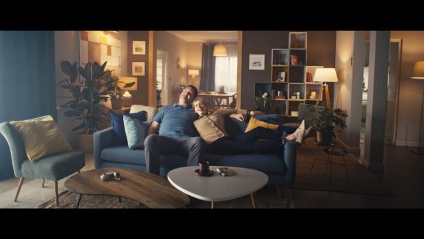 Im ersten Spot verlässt eine junge Frau ihr Elternhaus. Dafür benötigt sie ein Sofa - und kauft dieses auf der Onlineplattform. Letztlich profitieren aber Mutter und Vater vom Möbelstück.