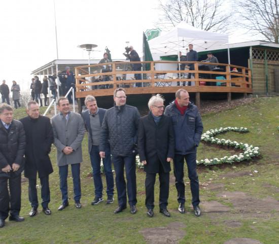 Die Führungsriege von Toom Baumarkt vor dem Vereinsheim.