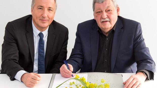 Messechef Oliver P. Kuhrt (l.) und FDF-Präsident Helmuth Prinz haben den neuen Fünfjahresvertrag auf der letzten IPM in Essen unterschrieben.
