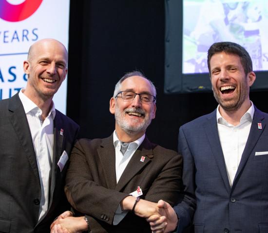 Aus Frankreich war unter anderem Patrick Llobregat (M.) nach Emsdetten gekommen und hat den Emsa-Geschäftsführern Max Harrysson (l.) und Sebastian Moebus gratuliert.