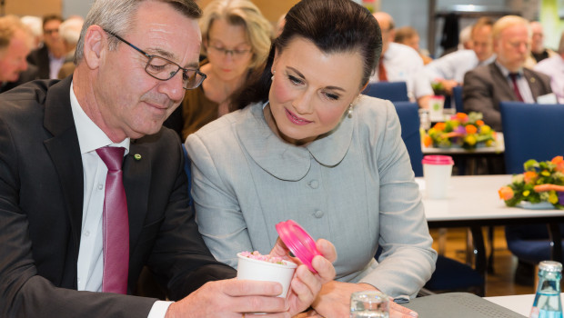 """ZVG-Präsident Jürgen Mertz und die stellvertretende CDU-Fraktionsvorsitzende Gitta Connemann erleben auf dem Gartenbautag die """"natürlich schönen Augenblicke"""" der Kommunikationskampagne für Blumen und Pflanzen."""
