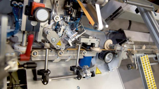 Eigens für die Produktion bei GAH-Alberts gebaut: der neue vollautomatische Klebeband-Applikator für die Fertigung der selbstklebenden Profile.