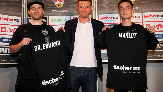 """Im Bild v. l.: eSports-Spieler Erhan """"Dr. Erhano"""" Kayman und Marcel """"Marlut"""" Lutz zusammen mit VfB-Marketing-Vorstand Jochen Röttgermann (Mitte)."""