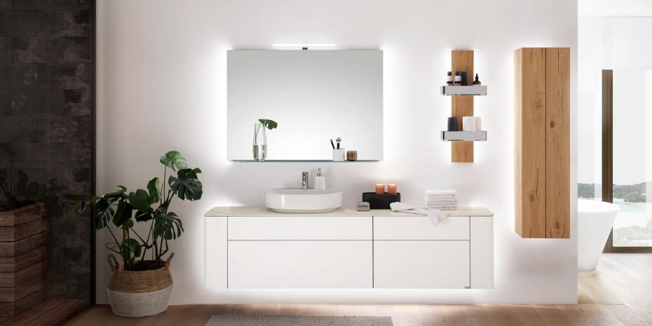 Im Badezimmer sind Kombinationen aus Lackoberflächen und Hölzern gefragt.