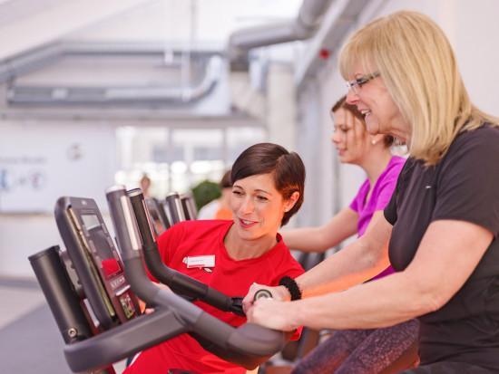 Beim Trainieren im firmeneigenen Fitnessstudio werden die Mitarbeiter auf Wunsch auch von Physiotherapeuten und Fitnesstrainern angeleitet.