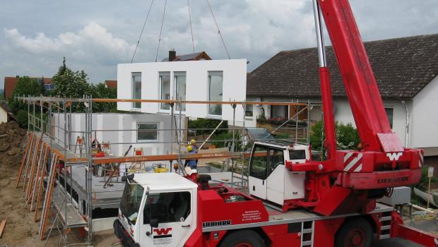 Im Berichtsmonat war die Zahl der Baugenehmigungen für neue Einfamilienhäuser deutlich geringer als im März dieses Jahres.