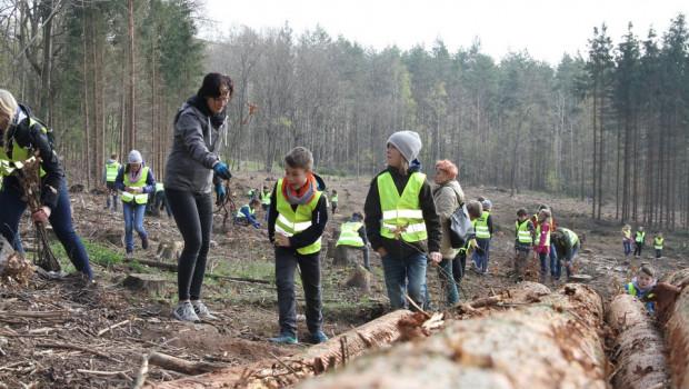 Die Kinder der Entdecker-Grundschule Gera beim Pflanzen der von Bauhaus und Logoclic gesponsorten Jungbäume. (Foto: Stadt Gera/CHeinrich)