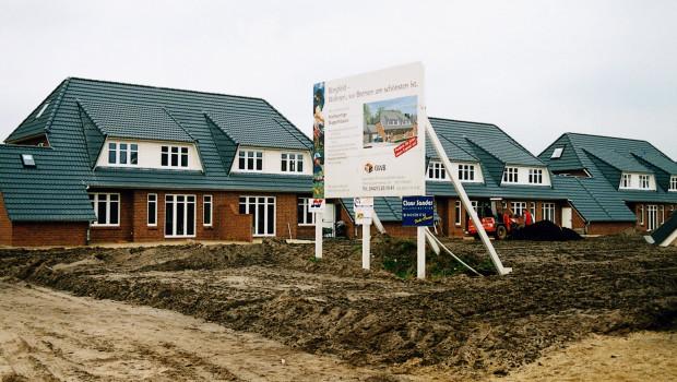 Die Zahl der Baugenehmigungen für Einfamilienhäuser steigt deutlich langsamer als für Geschosswohnungen. Foto: LBS