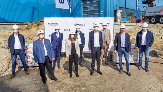 Matthias Lorz (von links), Siegfried Moßandl, Prof. Dr. Hans-Wolf Sievert, Bürgermeisterin Irmgard Eberl, CEO Jens Günther, Niklas Sievert, Gerrit Sievert, Andreas Moßandl und Dirk Schulze weihten die Baustelle ein.