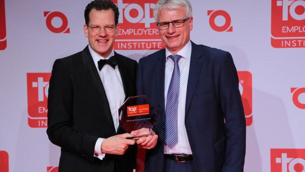 David Plink (l.), CEO des Top Employers Institute, übergab die Auszeichnung an Holger Jöhnk, Head of Corporate Human Resources von Obi.