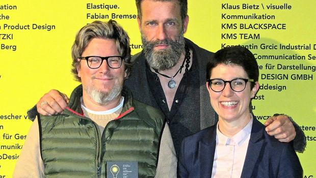 """Regisseur Jan Reiff (l.), """"Woody"""" und Ellen Wagner, Geschäftsführerin von Wagner System, haben den Preis entgegengenommen."""
