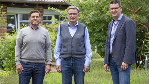 Wenn Dietmar Pundt (r.), Vertriebsleiter Consumer bei Floragard, Paul Syré (M.) in den Ruhestand verabschiedet, wird Christian Loos dessen Nachfolger.
