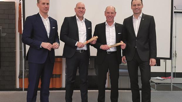 In neuer Position: Markus Röser (2. v. l.) ist Geschäftsführer Roto Dach- und Solartechnologie Deutschland, Michael Marien (3. v. l.) ist Geschäftsführer Columbus Treppen International.