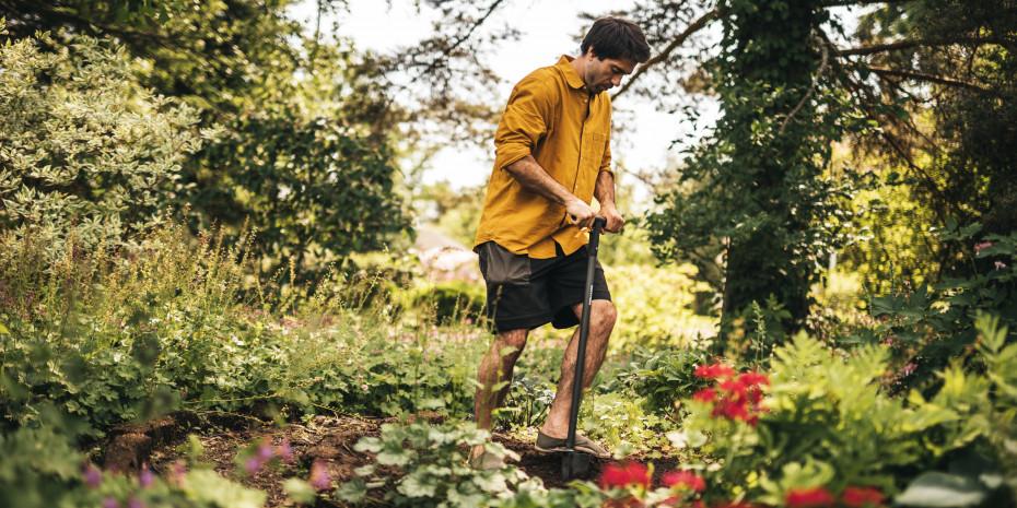 Ergonomische Tools sollen die Pflanzarbeit erleichtern. Mit dem Xact Blumenzwiebel-Pflanzer mit Stiel können Blumenzwiebeln ganz einfach im Stehen eingesetzt werden.