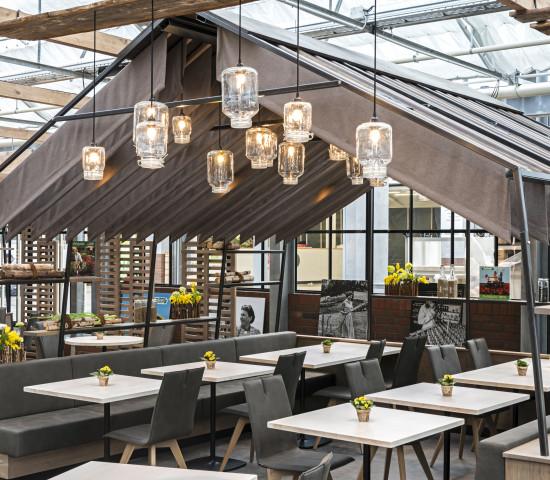 Naturmaterialien wie Holz und Stein bestimmen das Interieur des Gastro-Bereichs.