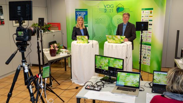 Im Gartencenter Dinger's hatte der VDG ein kleines Studio aufgebaut. Von hier aus moderierten Martina Mensing-Meckelburg und Thomas Buchenau die digitale VDG-Mitgliederversammlung 2021.