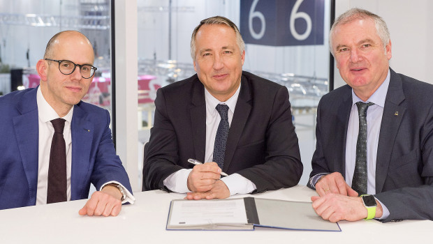 Messe-Essen-Geschäftsführer Oliver P. Kuhrt (M.), BdB-Hauptgeschäftsführer Markus Guhl (l.) und BdB-Präsident Helmut Selders haben den Kooperationsvertrag bis 2023 verlängert.