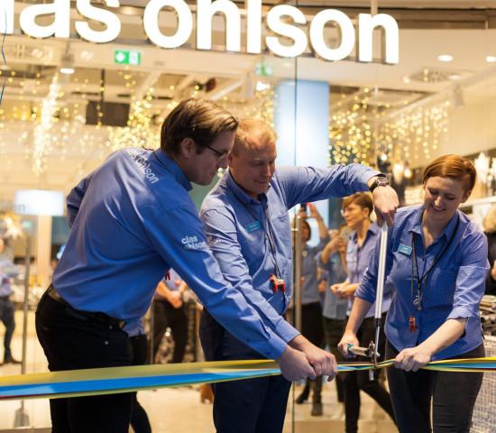 Gemeinsam haben Sampo Päällysaho, Managing Director der deutschen Tochtergesellschaft von Clas Ohlson, und Marktleiterin Janine Reindel das Band am Eröffnungstag durchgeschnitten.
