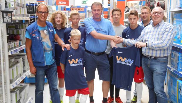 Freude übers neue Teamtrikot bei den Jugendkickern der JSG-Winterber-Züschen.