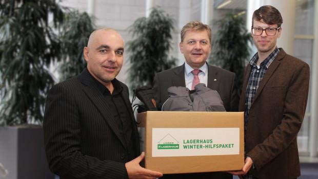 Caritas Österreich Generalsekretär Bernd Wachter, RWA-Generaldirektor Reinhard Wolf und Stefan Gormász (Caritas Österreich Unternehmenskooperationen) bei der Übergabe eines der ersten Lagerhaus-Winterhilfspakete.