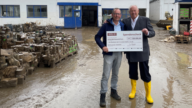 Klaus Meffert (rechts), der Vorstandsvorsitzende der Meffert AG Farbwerke, überreichte Peter Jansen, Geschäftsführer von P.A. Jansen GmbH u. Co. KG, einen Scheck über 100.000 Euro.