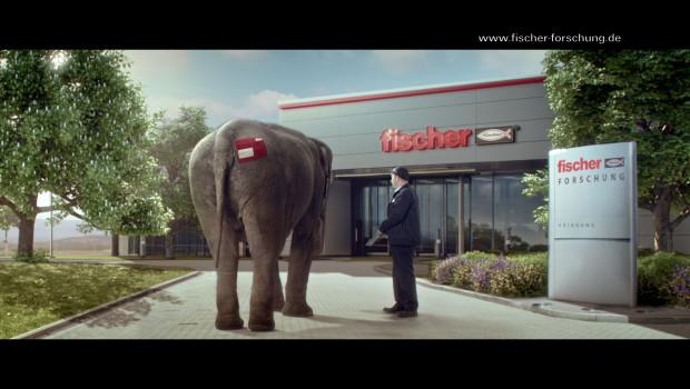 Ein Elefant in Waldachtal? Der Fischer-Werbespot erlaubt einen Blick hinter die Kulissen des Befestigungsspezialisten.