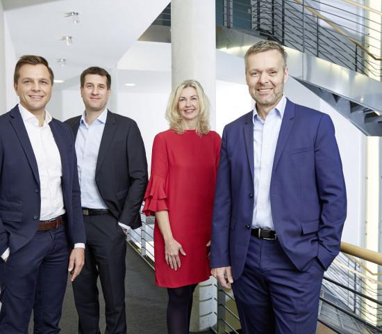 Jacob Madsen (rechts), Geschäftsführer der Velux Deutschland GmbH, und die neue Geschäftsleitung bestehend aus Klaus Gollwitzer, Matthias Mager und Silke Stehr (von links nach rechts). [Bild: Velux]