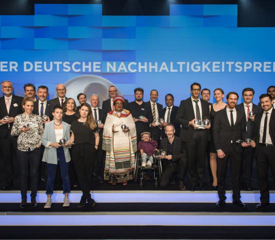 Gruppenbild aller Preisträger des Deutschen Nachhaltigkeitspreises 2020.