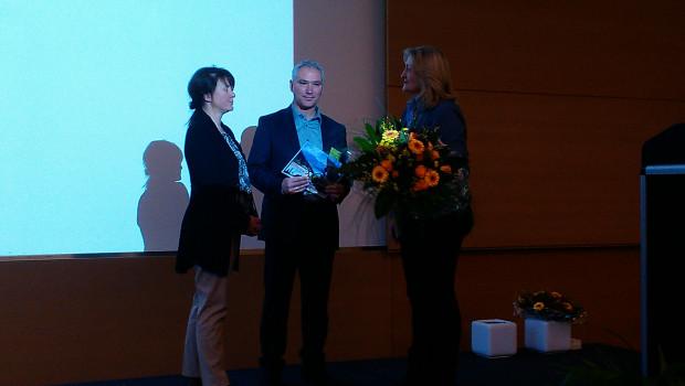 Blumen zum Abschied (v. l.): Geiz und Eckhard Heinemann sowie Martina Mensing-Meckelburg.